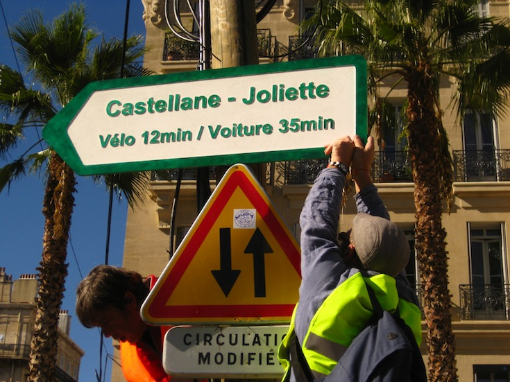 Temporary signs indication travel times in Marseille, France. Credit: Olivier Razemon.
