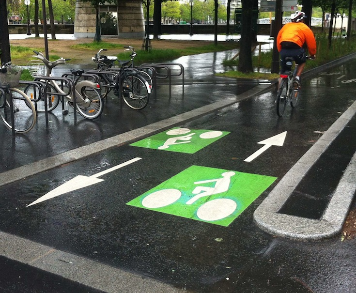 A two-way bicycle path in Paris, France. Credit: Olivier Razemon.