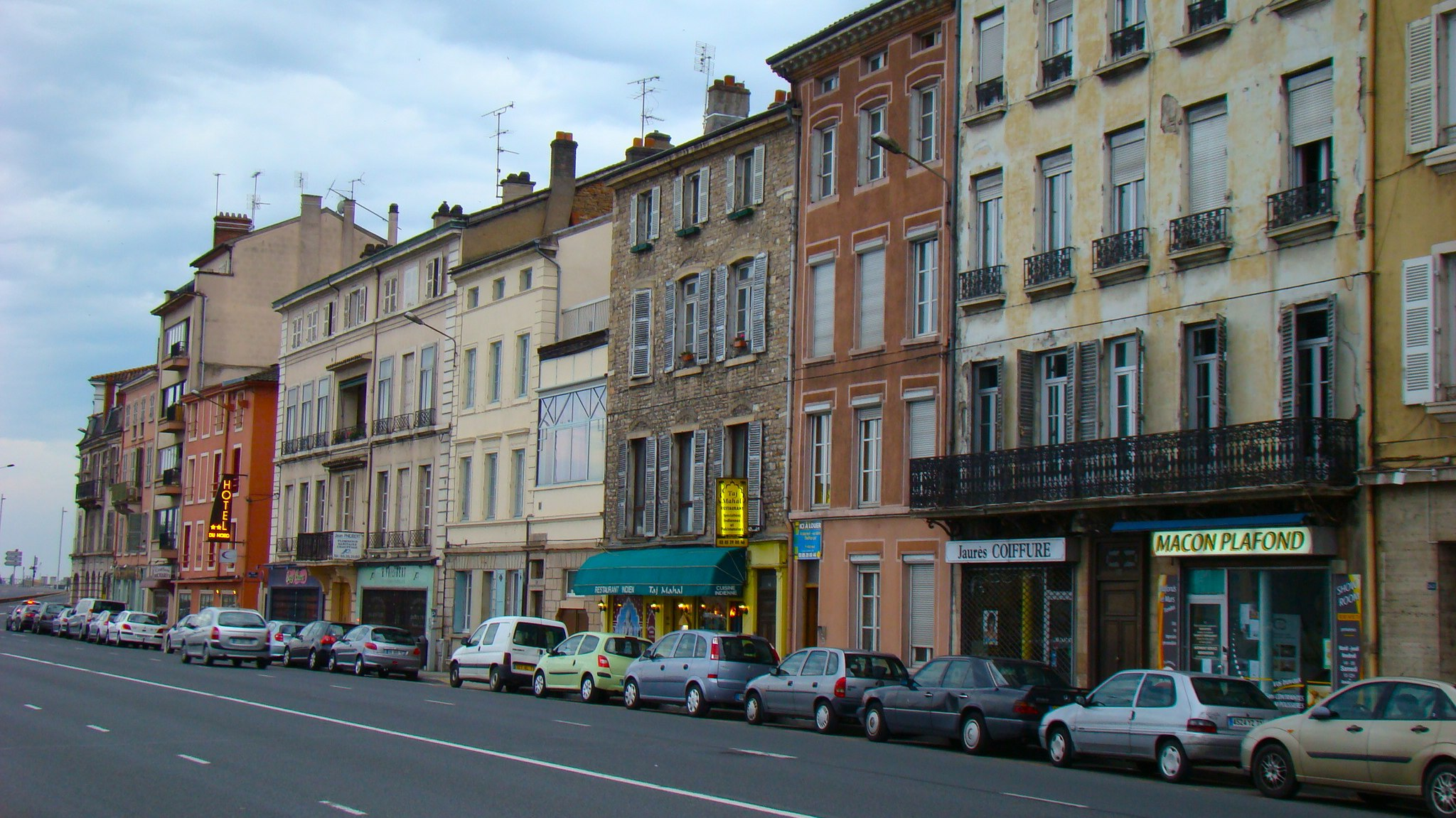Street in Mâcon, France shows road and apartment buildings