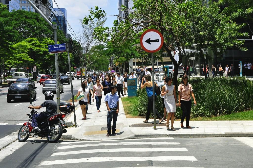 Sidewalk use in São Paulo, Brazil