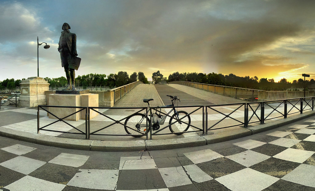 Devant le Pont de Solférino, Paris, France bike