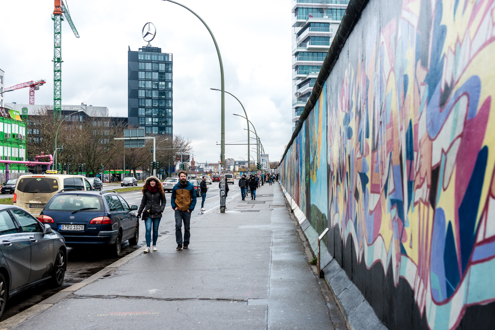 A photo showing the great length of the East Side Gallery and the different paintings on it in Berlin, Germany
