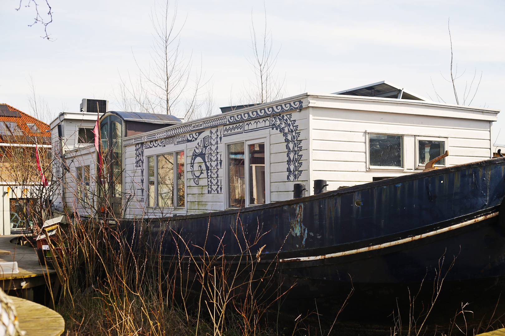 A remodeled houseboat in De Cuevel uses sustainable technology and regenerative plants to clean the post-industrial soil